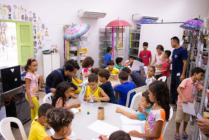 Imagem com crianças na biblioteca do CCBJ.